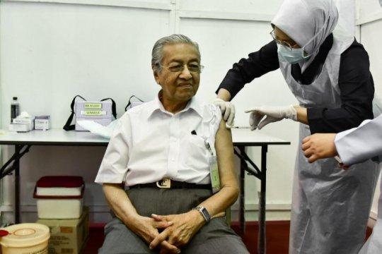 Tun Mahathir disuntik vaksin COVID-19