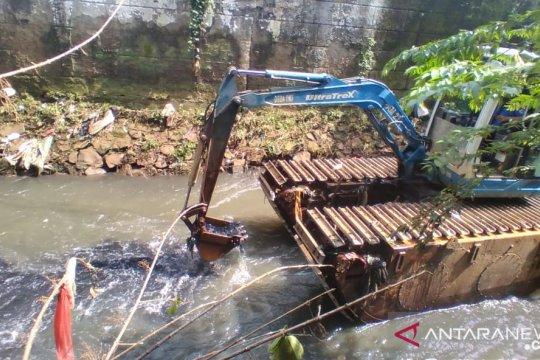 Dinas SDA Jaksel keruk lumpur Kali Sarua untuk cegah banjir