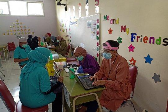 Sekolah dijadikan tempat vaksinasi warga lansia di Jakarta Timur