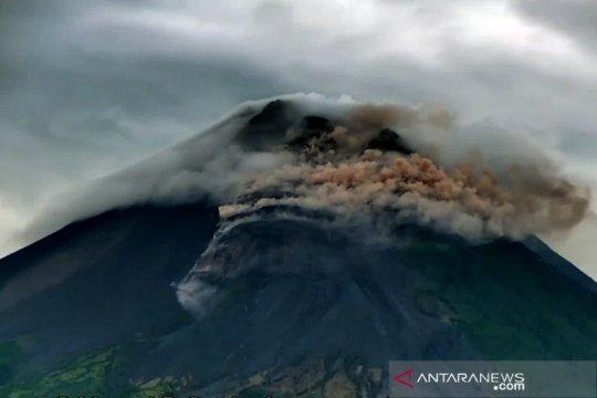 Gunung Merapi meluncurkan awan panas guguran pada Selasa pagi