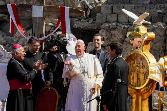 Paus bertemu Kardinal Angelo Becciu yang dipecatnya, dalam rujuk nyata