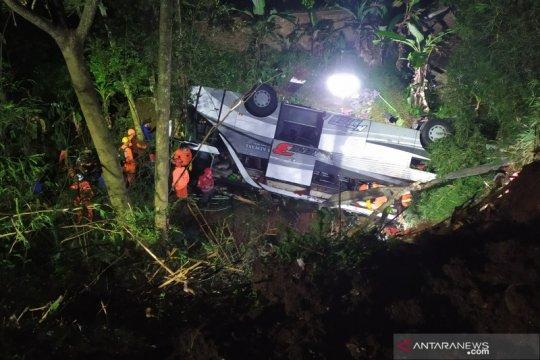 Petugas masih evakuasi korban kecelakaan bus di Sumedang