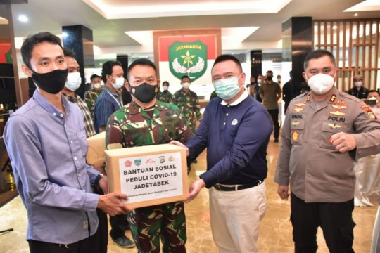 Pangdam Jaya serahkan bantuan untuk masyarakat terdampak COVID-19