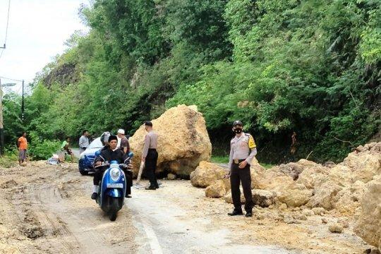 Jalur trans Sulawesi di Kabupaten Majene tertimbun longsor