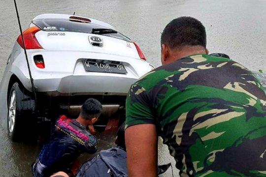 Marinir TNI AL evakuasi mobil yang tenggelam di kanal