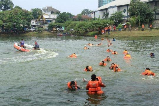 Puluhan Satpol PP Jaktim ikuti pelatihan penyelamatan banjir