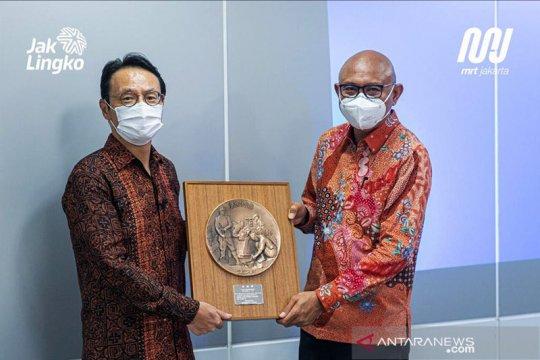 Kemarin, tembok roboh di Jagakarsa hingga MRT Jakarta raih penghargaan
