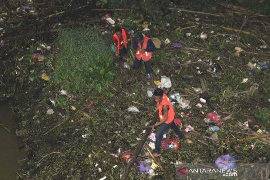 Tumpukan sampah rintangi jalur transportasi sungai di Banjarmasin