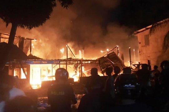 Polresta Mamuju olah TKP kebakaran hanguskan tujuh rumah