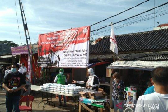 Warga Kelapa Gading berbagi nasi kotak gratis