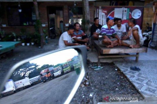Kantong parkir untuk antrean truk di Pelabuhan ASDP Ketapang