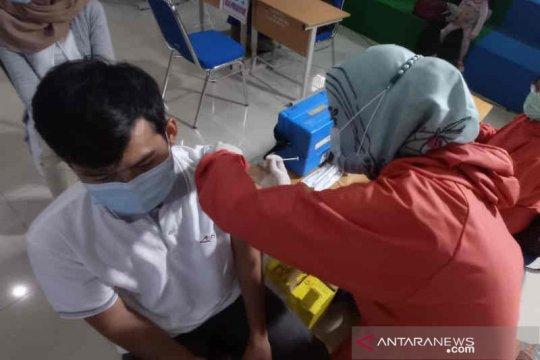 Seratusan jurnalis dan pekerja media di Cirebon divaksinasi COVID-19
