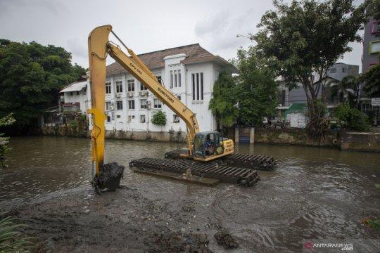 Pengerukan sedimentasi cegah pendangkalan Sungai Ciliwung