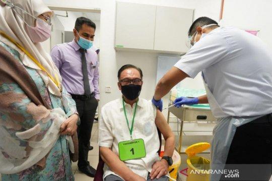 Anwar Ibrahim menerima vaksin COVID-19
