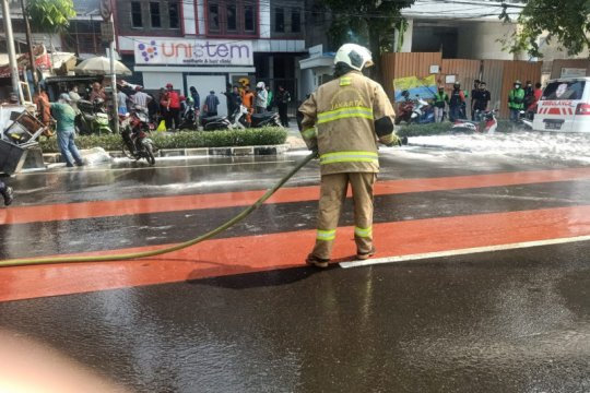 Jalan Rawamangun berlumur oli usai pemotor tabrak penjual gorengan