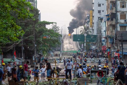 Hindari kejaran tentara, pemuda Myanmar lompat dari atas gedung