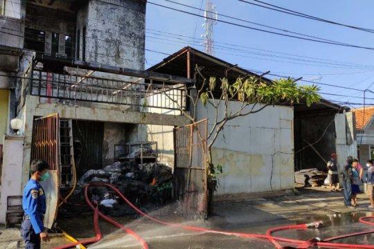 Satu tewas dalam kebakaran toko plastik di Semarang