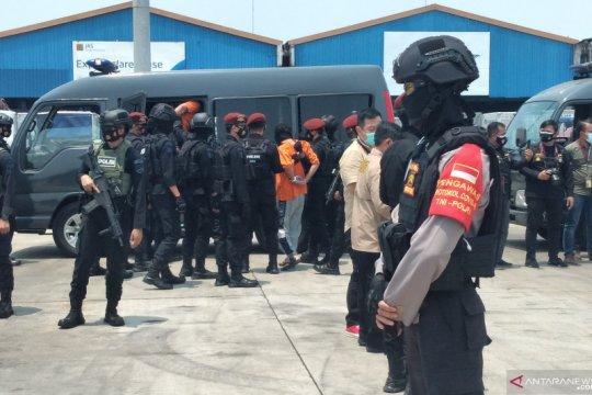 Dikawal polisi, 22 terduga teroris asal Jatim tiba di Jakarta