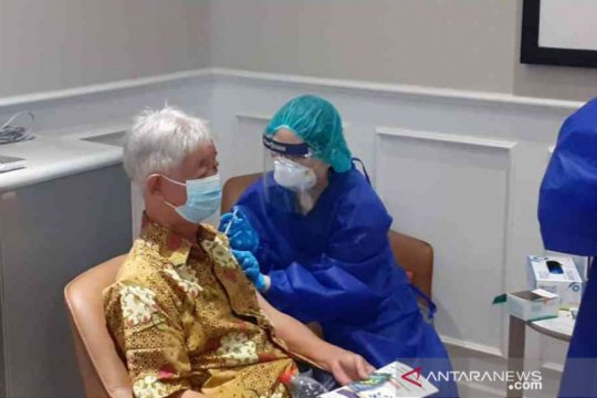 Vaksinasi perdana COVID-19 dimulai bagi lansia Kabupaten Bekasi