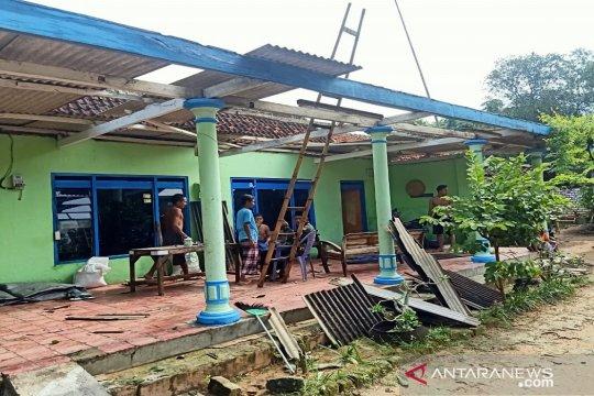 Angin kencang terjang tiga desa di Pamekasan