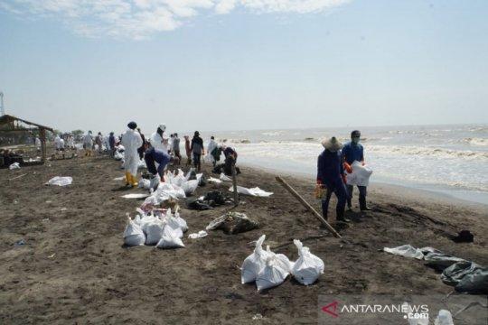 PHE ONWJ kumpulkan 8.500 karung pasir campur minyak mentah di Karawang