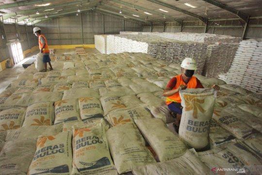 Perum Bulog ganti beras tak layak di Tambora Jakarta Barat