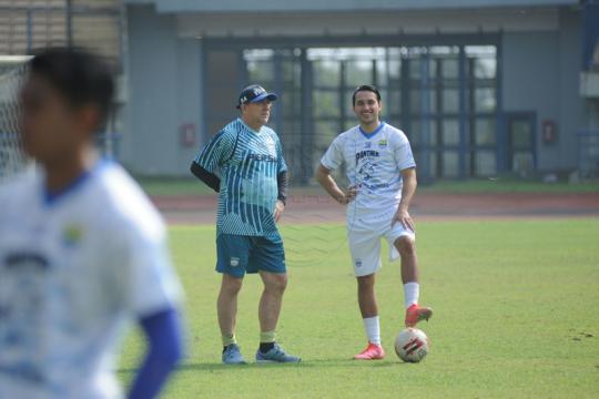 Rampung karantina, Ezra Walian latihan bareng Persib Bandung