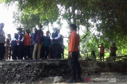 Gubernur Khofifah tinjau jembatan rusak akibat banjir di Magetan