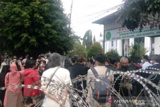 Petugas ingatkan massa di PN Jaktim terapkan protokol kesehatan