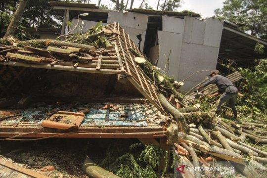 Angin puting beliung merusak 49 rumah di Depok