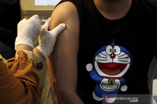 Vaksinasi pekerja hotel dan restoran di Makassar