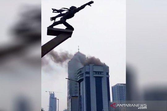Delapan mobil damkar dikerahkan atasi kebakaran Gedung Mustika Ratu