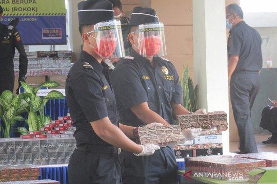 31.000 rokok tanpa cukai di Aceh disembunyikan di dalam paket pakaian