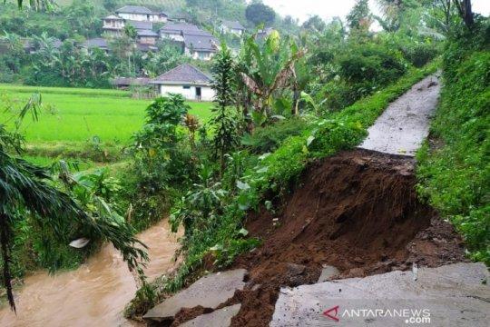 Dua rumah rusak berat akibat longsor puluhan lainnya terendam banjir