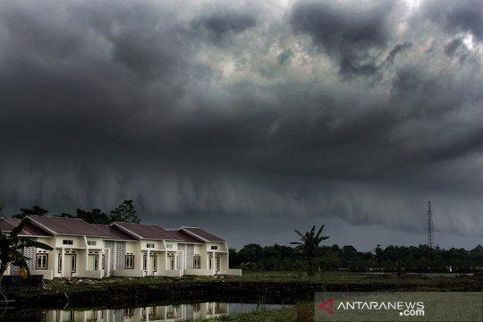 Hujan sedang-lebat berpotensi guyur sebagian wilayah Indonesia