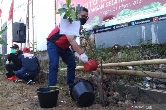 PDIP tanam pohon di Waduk Rawa Lindung Jaksel