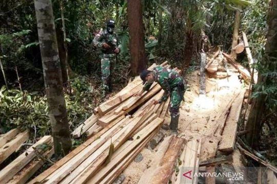 Satgas Pamtas Kapuas amankan kayu olahan ilegal di perbatasan