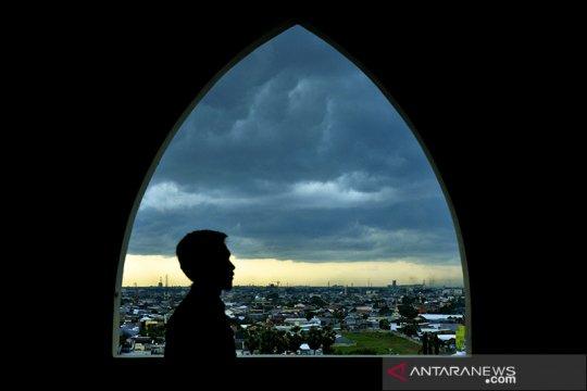BMKG prakirakan sebagian wilayah Indonesia berawan dan hujan ringan