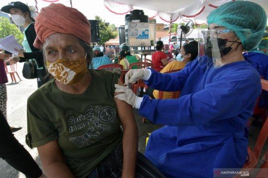 Vaksinasi COVID-19 bagi buruh dan pedagang pasar di Denpasar