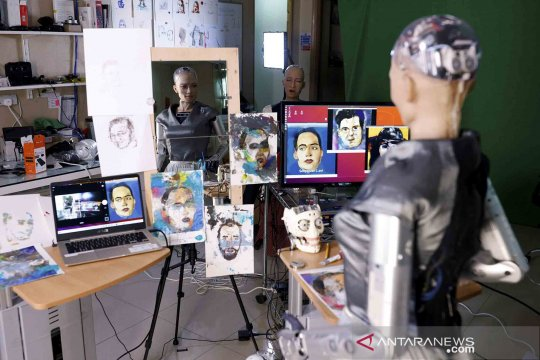 Keren banget! Robot humanoid Sophia unjuk kebolehan melukis wajah