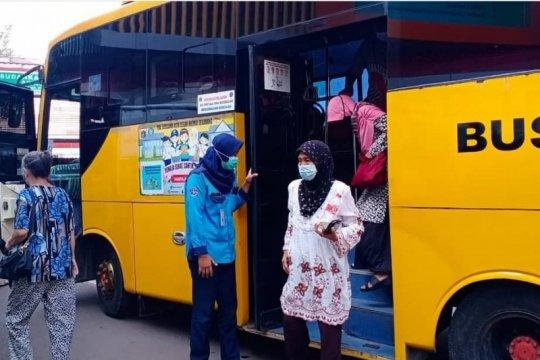 Kelurahan Rawamangun sediakan lima bus sekolah dukung vaksinasi lansia