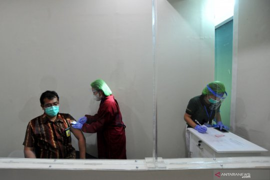 Ribuan petugas Bandara Ngurah Rai Bali jalani vaksinasi COVID-19