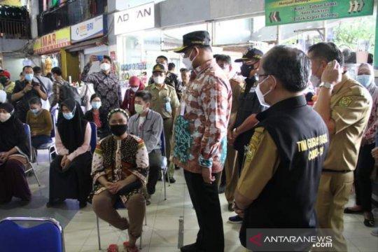 Kalsel vaksinasi ratusan pedagang Pasar Antasari