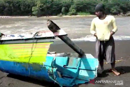 Empat perahu di Jember hancur diterjang ombak
