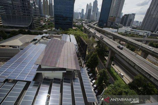 Kemarin, perbankan dukung pembiayaan panel surya hingga IHSG merosot