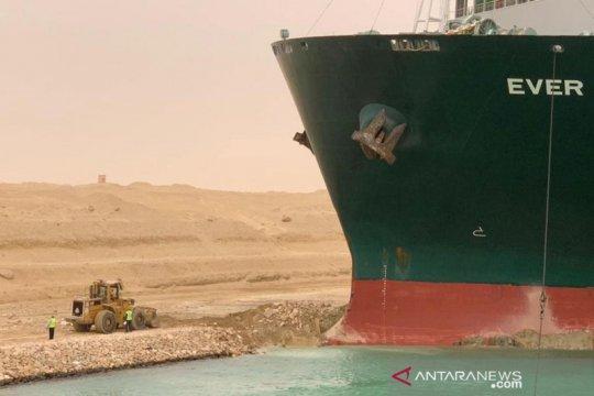 Kapal kontainer kandas di Terusan Suez Mesir
