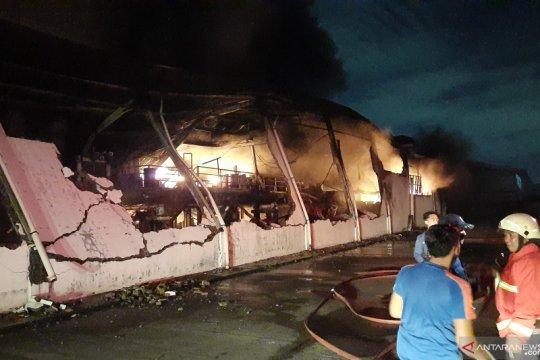 Tiga gedung pabrik cat di Tangerang terbakar