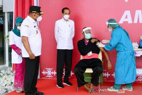 Presiden tinjau vaksinasi untuk petugas publik-tokoh agama di Ambon