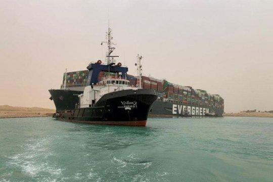 Harga minyak melonjak 6 persen, setelah kapal kandas di Terusan Suez