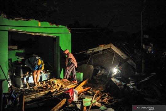 Ratusan rumah rusak akibat bencana angin puting beliung di Kabupaten Bandung